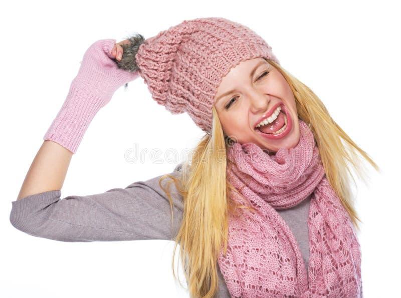 Portrait de fille gaie d'adolescent dans le chapeau et l'écharpe d'hiver photographie stock libre de droits