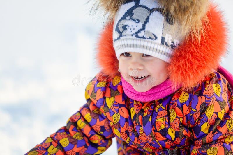 Portrait de fille heureuse adorable d'enfant dans des vêtements chauds image libre de droits
