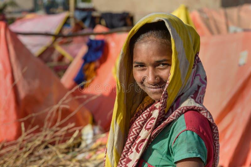 Portrait de fille indienne sur la rue Les pauvres personnes viennent avec la famille à la ville du village pour le travail Et ils image libre de droits