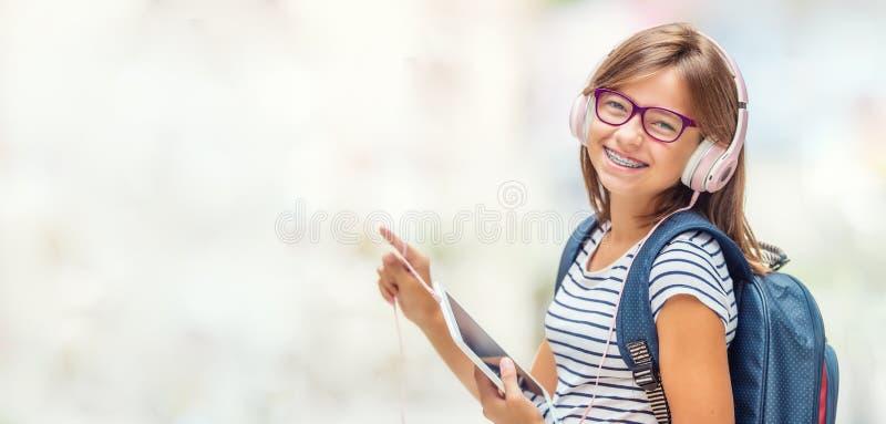 Portrait de fille de l'adolescence heureuse moderne d'école avec la tête de sac à dos de sac images libres de droits