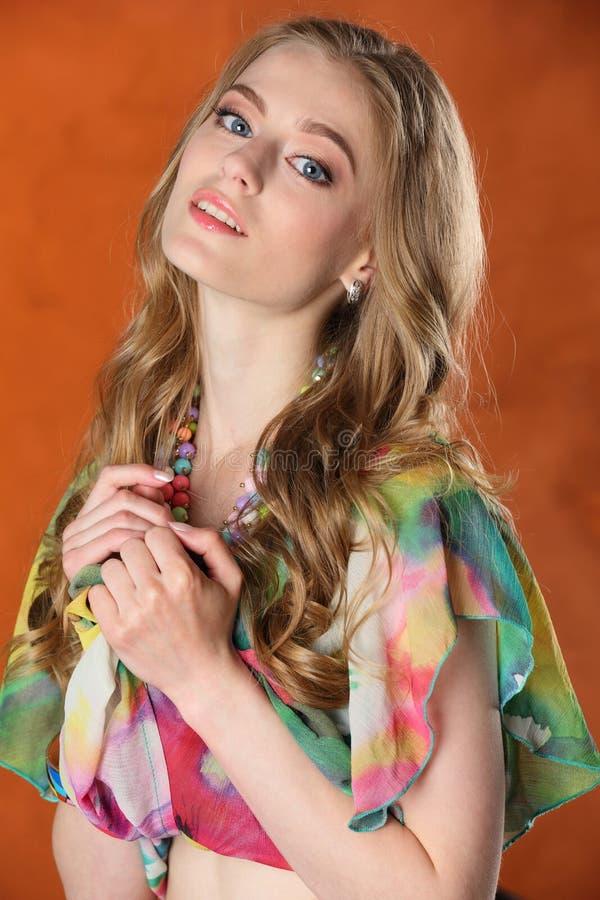 Portrait de fille-modèle blond assez mince magnifique image libre de droits