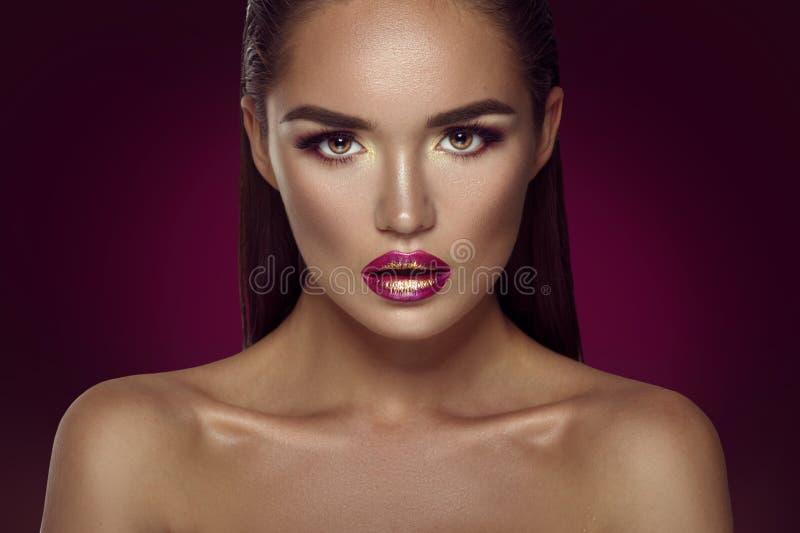Portrait de fille de modèle de brune de mode de beauté Femme sexy de charme avec le maquillage parfait image stock