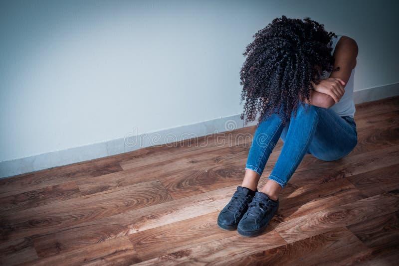 Portrait de fille noire préoccupée avec des sentiments négatifs photos stock