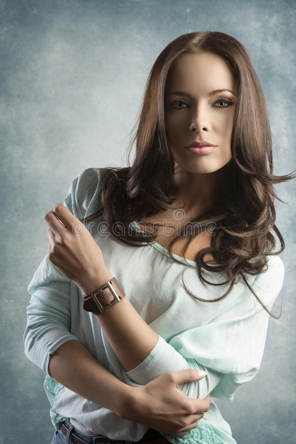 Portrait de fille occasionnelle de beauté sur le fond vert photos libres de droits