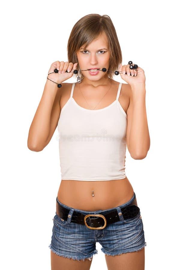 Portrait de fille passionnée dans un dessus blanc et des shorts de denim photographie stock libre de droits