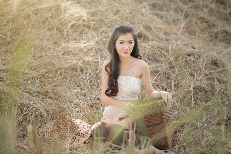 Portrait de fille de pays dedans dehors, fille rurale heureuse souriant dans le domaine, images stock
