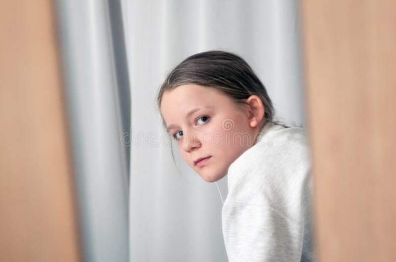 Portrait de fille regardant par le miroir photos libres de droits