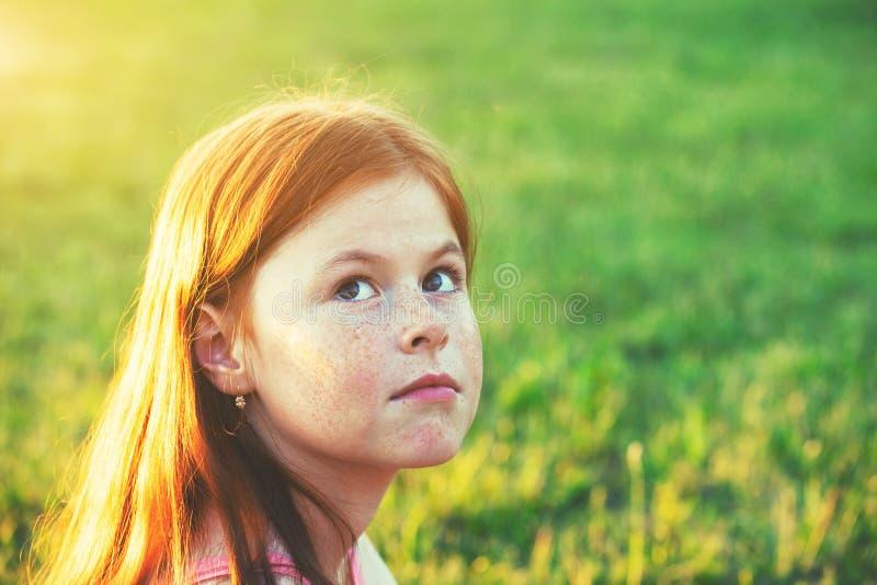 Portrait de fille rousse mignonne avec des taches de rousseur images stock