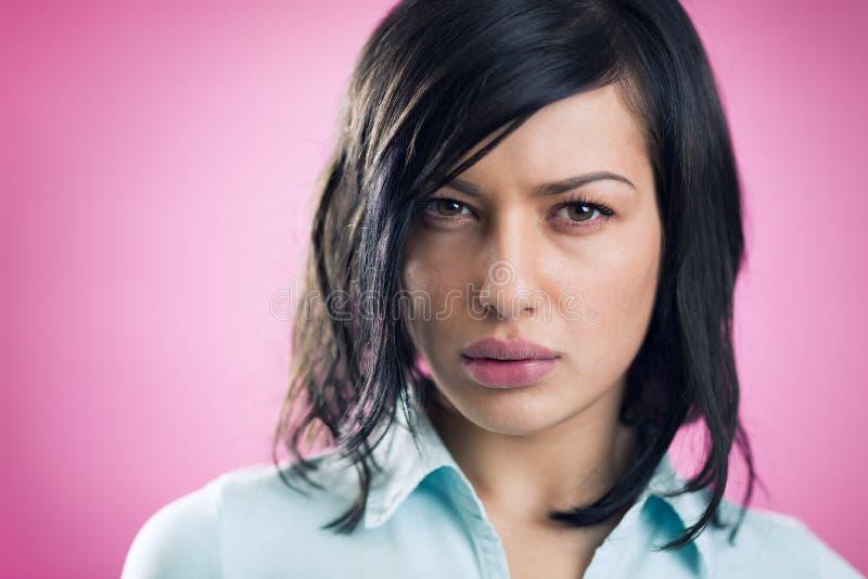 Portrait de fille sérieuse avec le regard authentique images stock