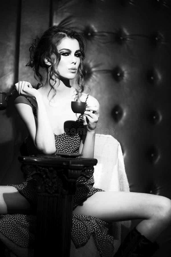 Femme Avec Tasse A Caf Ef Bf Bd En Noir Et Blanc