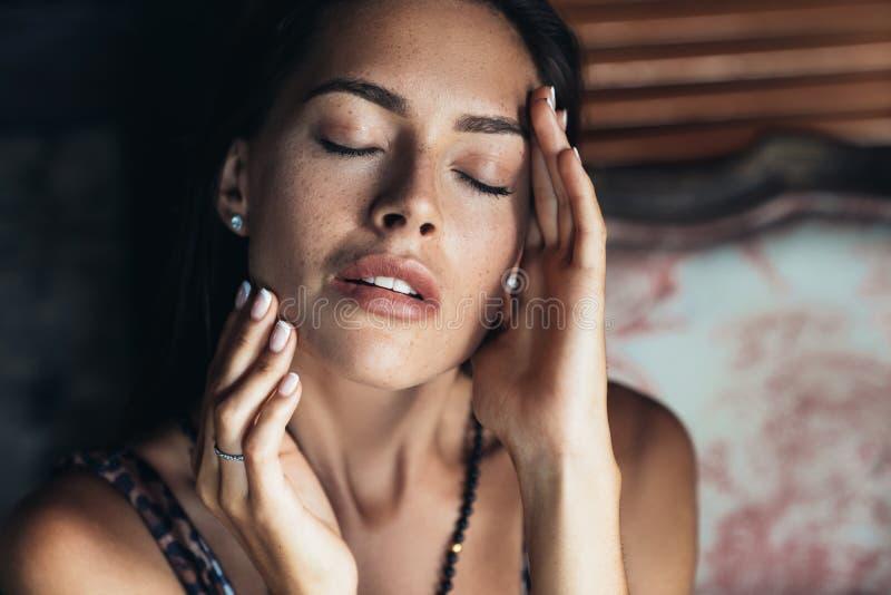 Portrait de fille sensuelle sexy de brune avec les yeux fermés et le maquillage naturel photo libre de droits