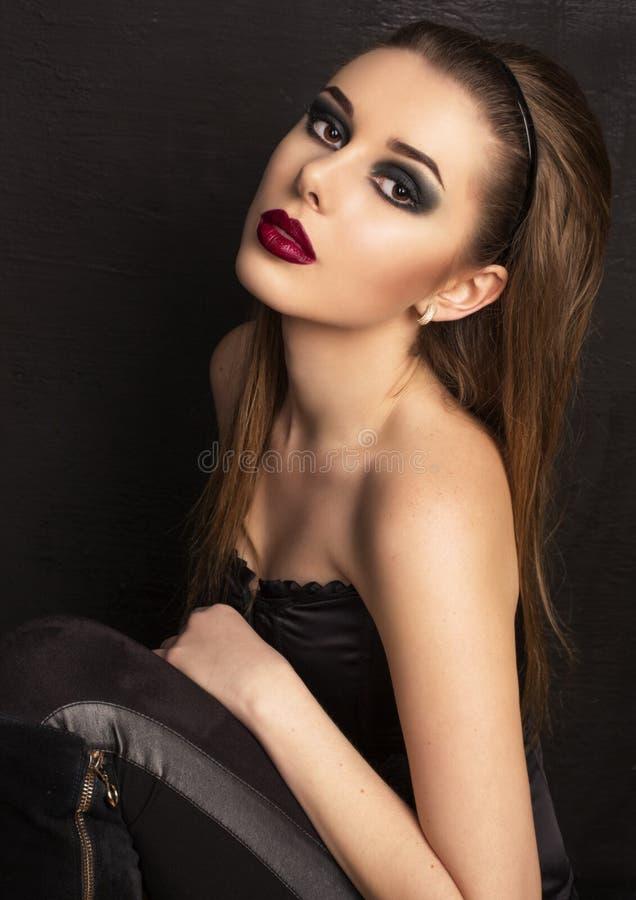 Portrait de fille sexy avec les cheveux foncés et les lèvres rouges photos stock