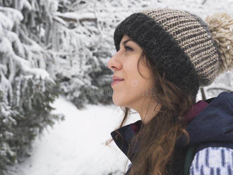 Portrait de fille de surfeur sur le fond de la forêt de neige photos libres de droits