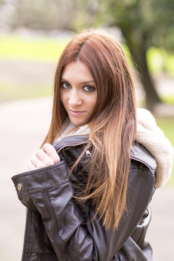 Portrait de fille urbaine regardant l'appareil-photo, extérieur. images stock