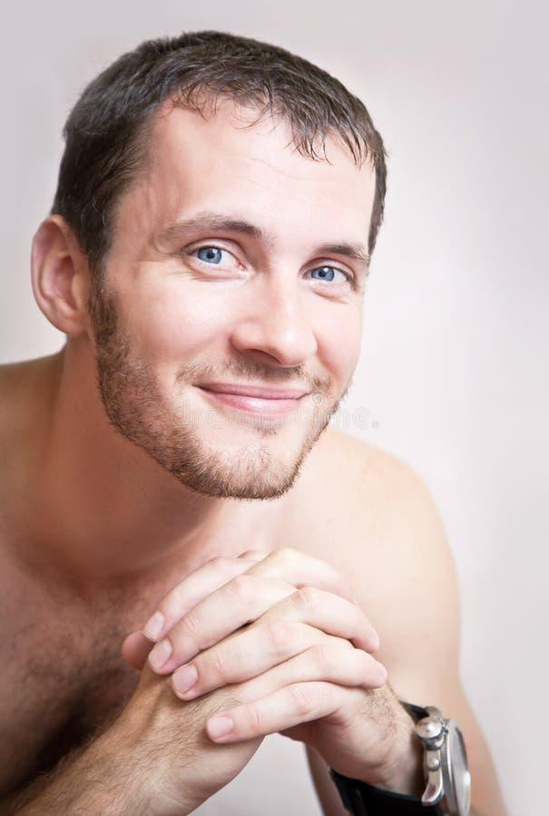 Portrait de fin attrayante de sourire heureuse d'homme  images stock