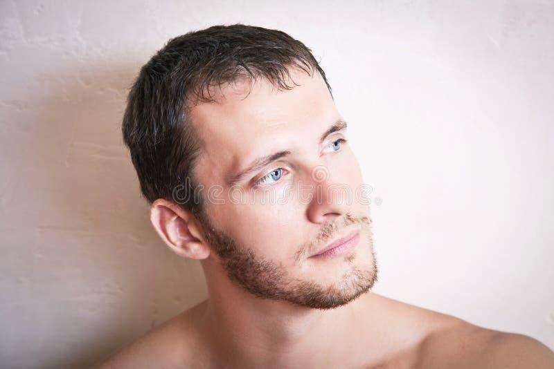 Portrait de fin attrayante réfléchie d'homme  photos stock