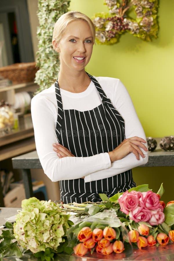 Portrait de fleuriste féminin In Shop image libre de droits