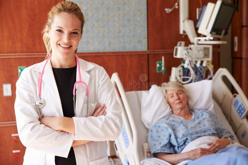 Portrait de fond femelle de docteur With Patient In photo libre de droits