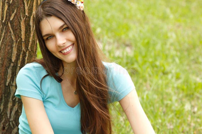 Portrait de forêt avec du charme de jeune femme au printemps photographie stock