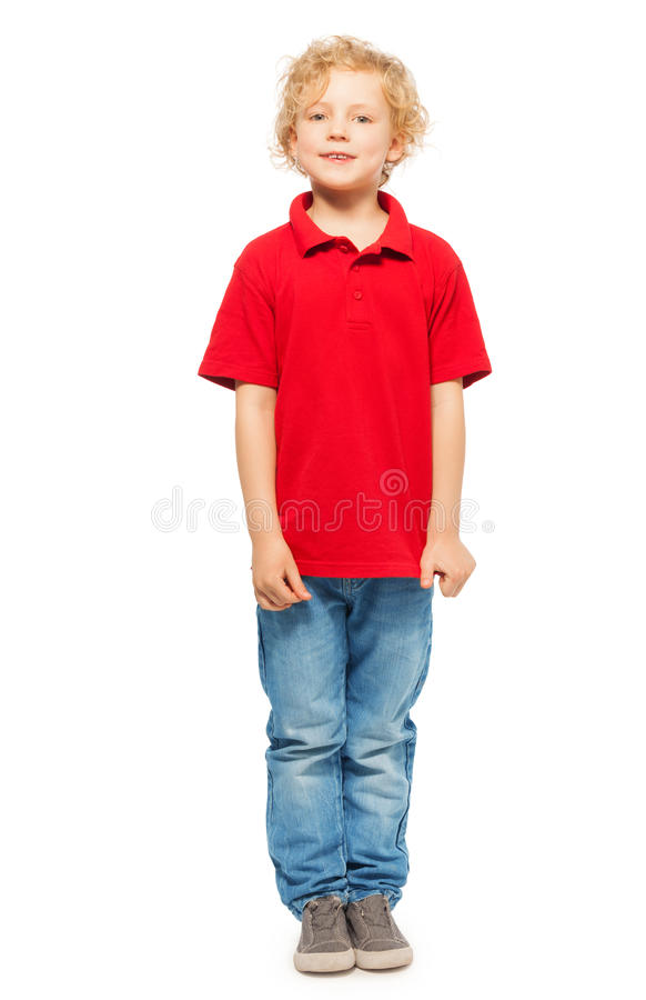 Portrait de garçon aux cheveux bouclés blond dans le polo photos stock