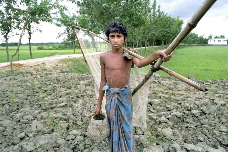 Portrait de garçon bangladais avec des attirails de pêche photos stock