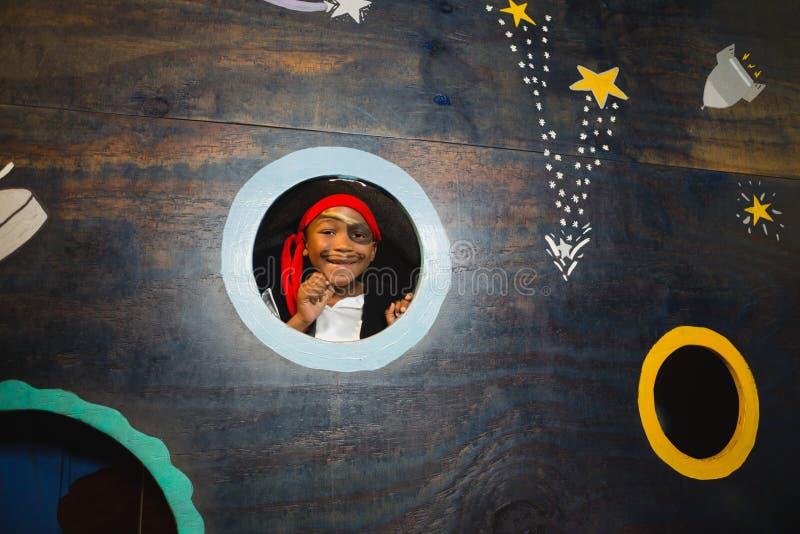 Portrait de garçon feignant pour être un pirate à la maison photographie stock libre de droits