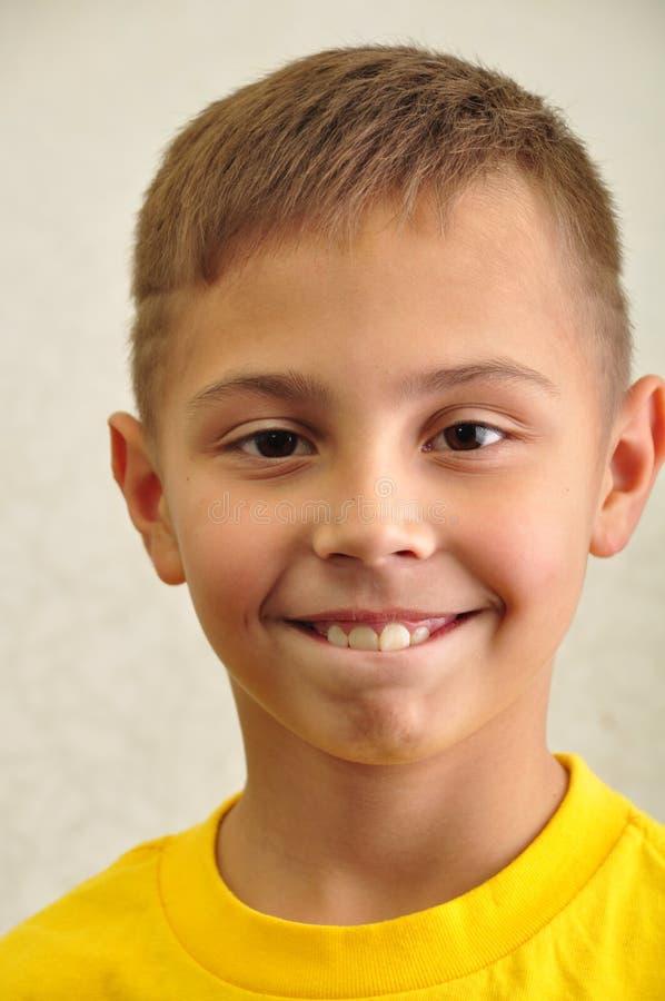 Portrait de garçon heureusement de sourire image stock