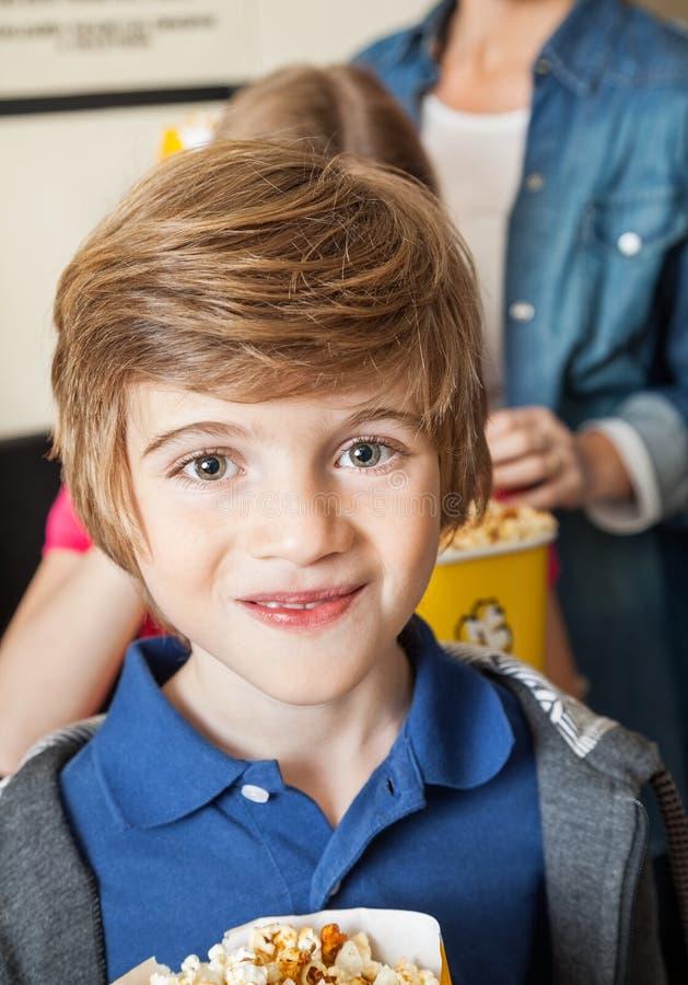 Portrait de garçon mignon au cinéma photo stock