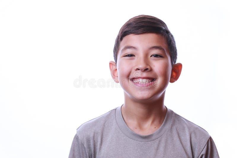 Portrait de garçon de sourire sur le fond blanc photographie stock libre de droits