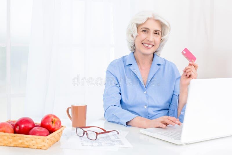 Portrait de gentille femme adulte de regard image libre de droits