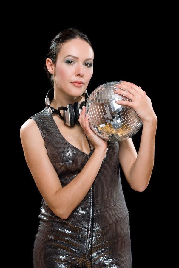 Portrait de gentille femme avec une boule de miroir photographie stock libre de droits
