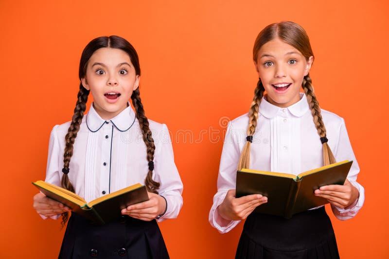 Portrait de gentilles belles filles de la préadolescence gaies gaies mignonnes avec du charme séduisantes attirantes pour deux pe photographie stock libre de droits