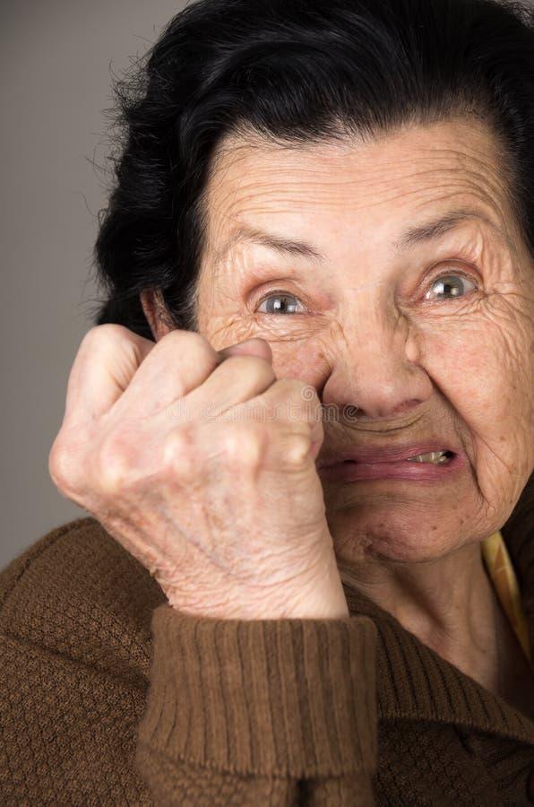 Portrait de grand-mère fâchée de dame âgée photo stock