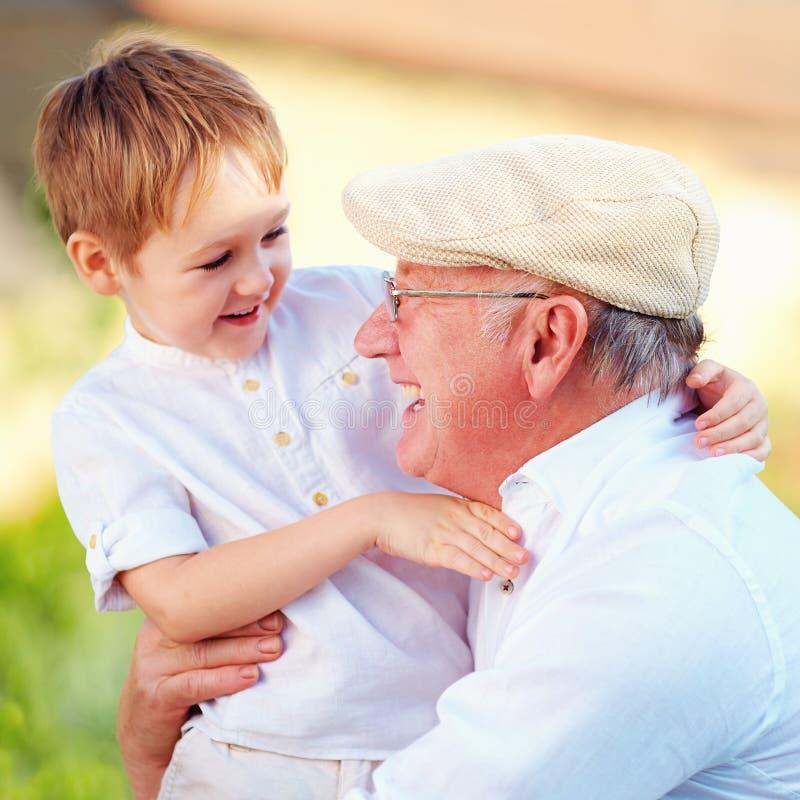 Portrait de grand-papa heureux et de petit-fils ayant l'amusement dehors images stock