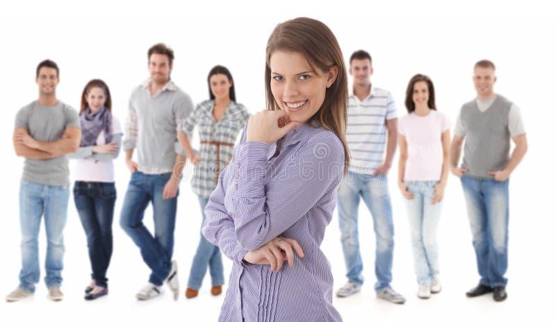 Portrait de groupe des jeunes heureux photographie stock