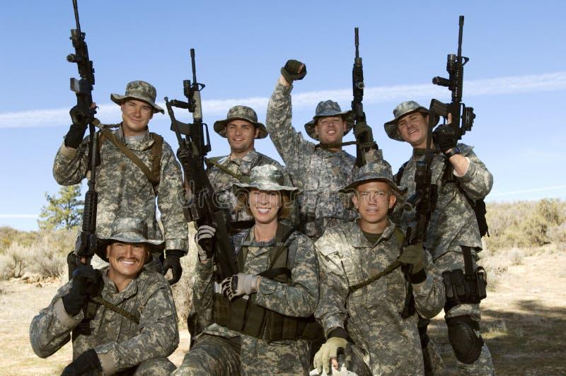 Portrait de groupe des soldats sur le champ photographie stock libre de droits