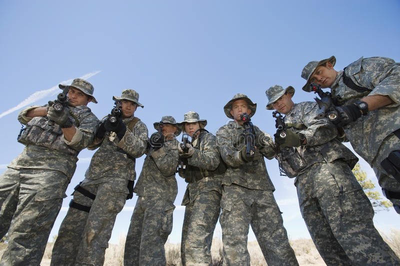 Portrait de groupe des soldats visant des armes à feu images libres de droits