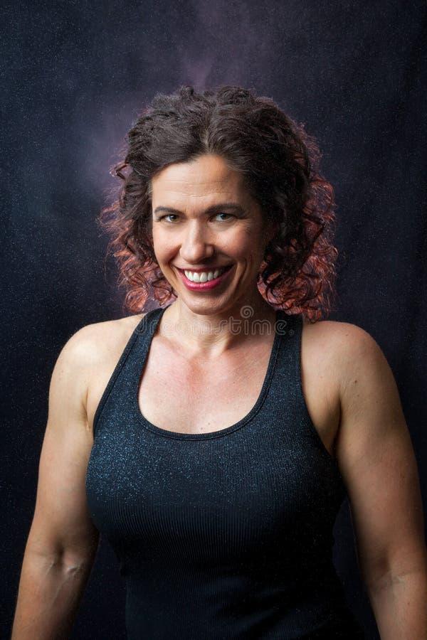 Portrait de haltérophile féminin de sourire images stock