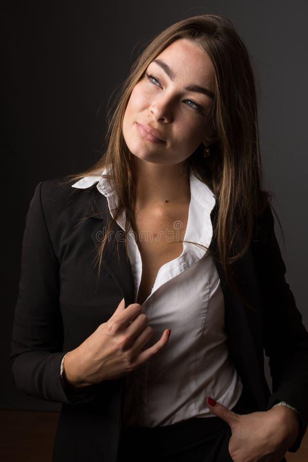 Portrait de haute couture de jeune femme mince sexy élégante de brune images libres de droits