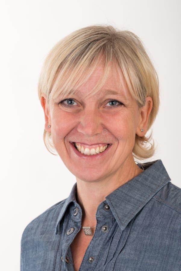 Portrait de Headshot d'un beau wome européen blond de Moyen Âge images libres de droits