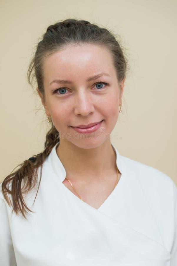 Portrait de headshot de plan rapproché d'amical, souriant, femelle sûre, docteur de femme, regardant l'appareil-photo photographie stock libre de droits