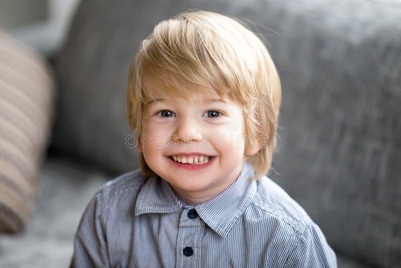 Portrait de Headshot du garçon de sourire mignon d'enfant regardant l'appareil-photo images stock