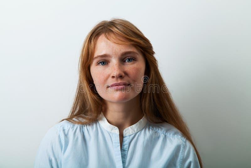 Portrait de Headshot de jeune dame européenne avec les cheveux et les taches de rousseur rouges image stock