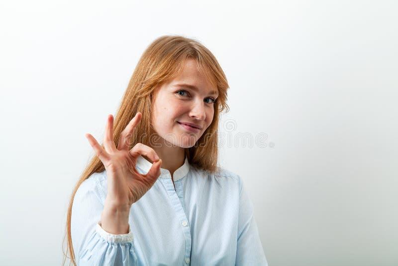 Portrait de Headshot de jeune dame européenne avec les cheveux et les taches de rousseur rouges photo libre de droits