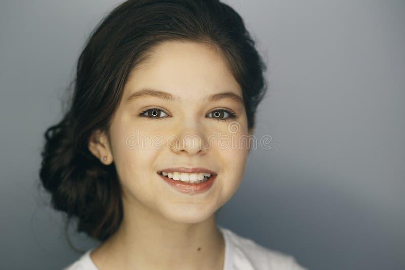 Portrait de Headshot de la fille heureuse de gingembre avec des taches de rousseur souriant regardant l'appareil-photo Fond gris image stock
