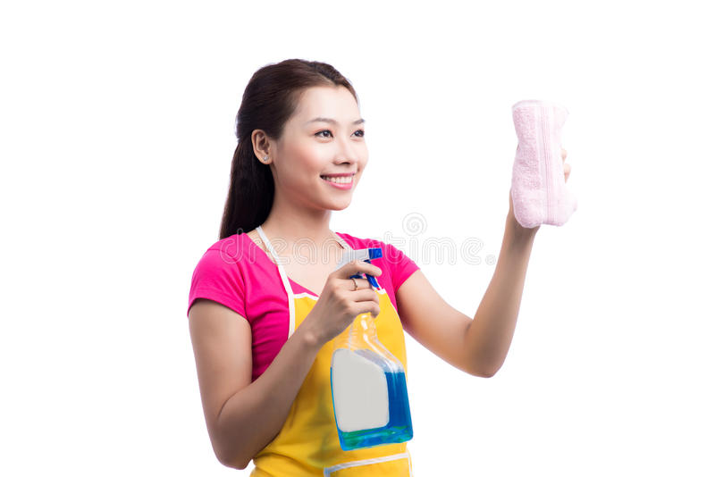 Portrait de jeune éponge asiatique heureuse de Cleaning Glass With de domestique photo stock