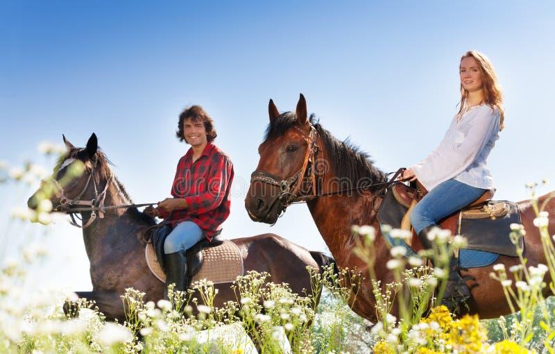 Portrait de jeune équitation de couples photographie stock libre de droits