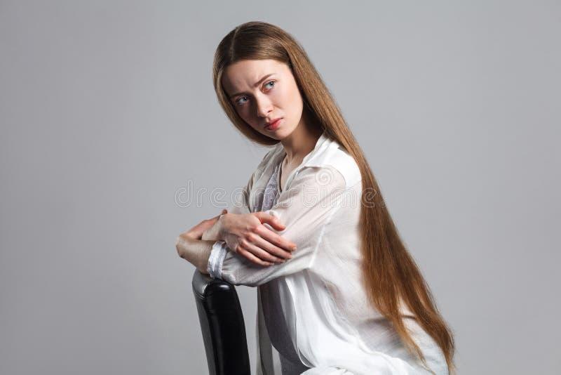 Portrait de jeune acteur modèle d'inquiétude émotive avec le long brun ha photo stock