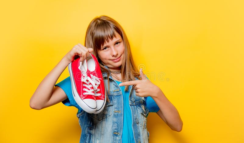 Portrait de jeune adolescente avec les chaussures en caoutchouc rouges photos libres de droits