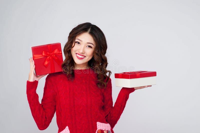 Portrait de jeune, assez et femme heureuse avec le cadeau BO de Noël images libres de droits